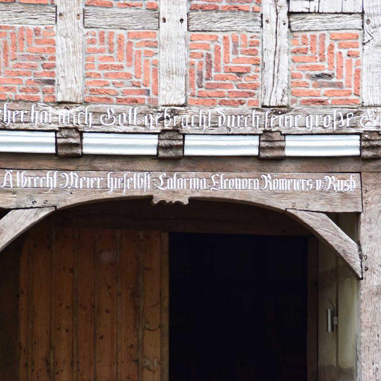 Fachwerkhaus-mit-Inschrift